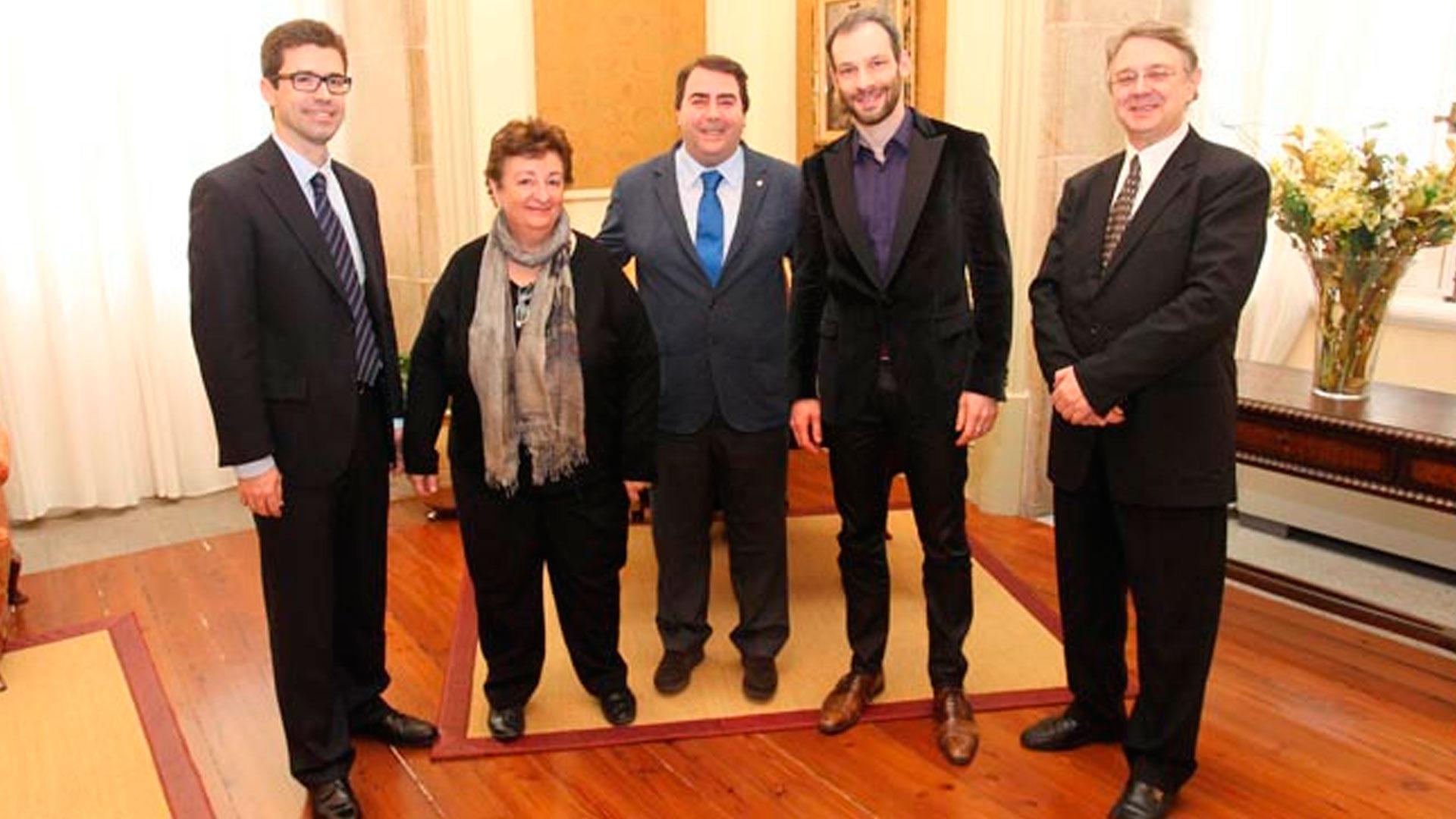 Dima Slobodeniouk renueva por tres años la titularidad de la Sinfónica de Galicia, que anuncia dos conciertos en Abu Dabi (Emiratos Árabes) en 2016 con los que retoma su presencia internacional