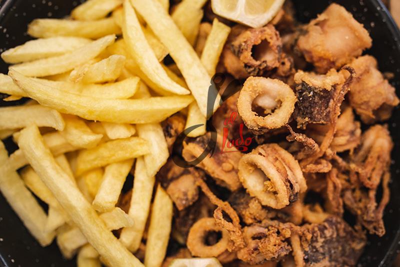 Chipirones fritos trinchados con patatas fritas