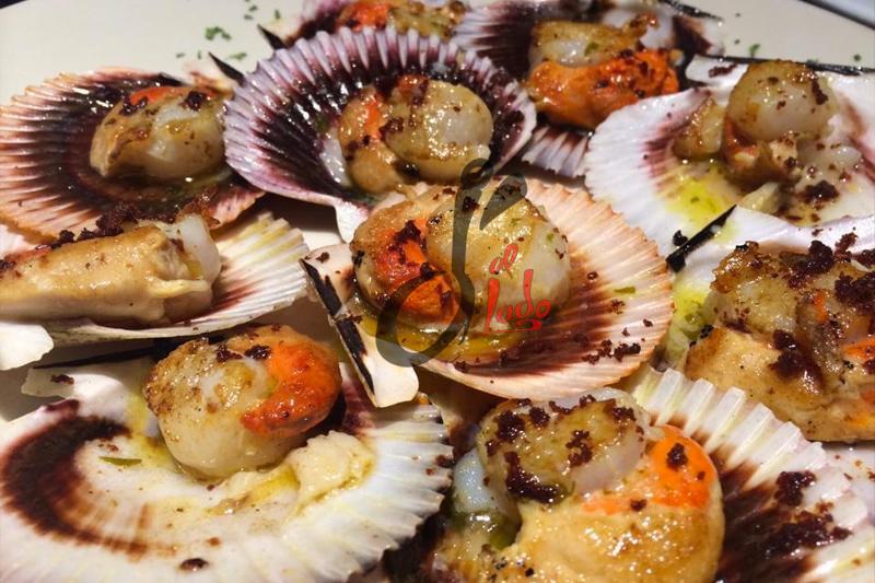 Zamburiñas (Volandeira) a la plancha con zumo de cítricos y virutas de jamón ibérico